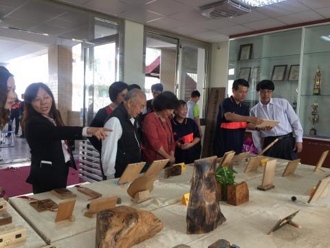 楊玲會長提供支援展出檜木燒繞,活化校史室.jpg